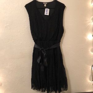 Black lace sleeveless dress